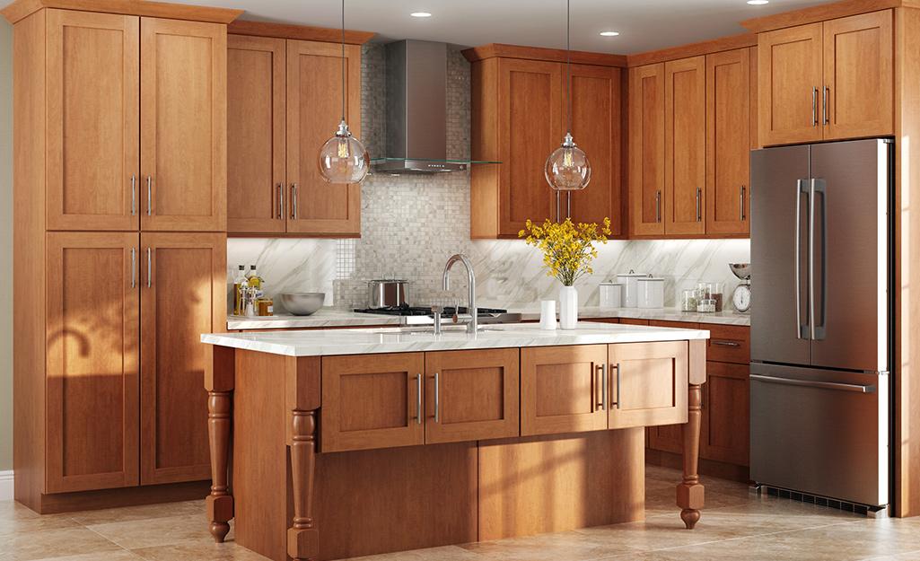 Tủ và bàn đảo bằng gỗ sáng màu trong nhà bếp.