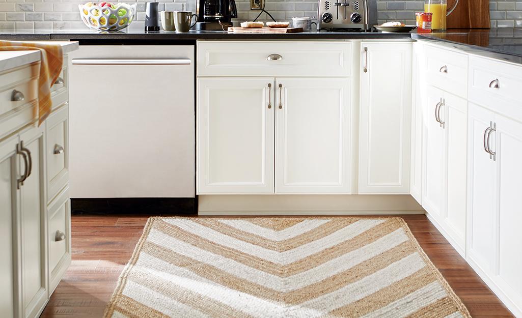 Một tấm thảm sọc chevron màu be và rám nắng trong nhà bếp.
