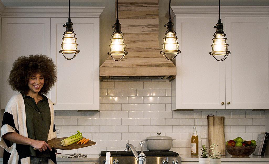 Đèn chiếu sáng mặt dây chuyền kiểu công nghiệp mới trong nhà bếp.