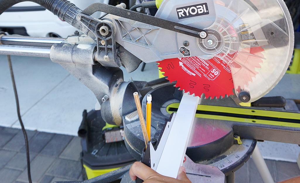 Cận cảnh một chiếc cưa đang cắt thành ván.