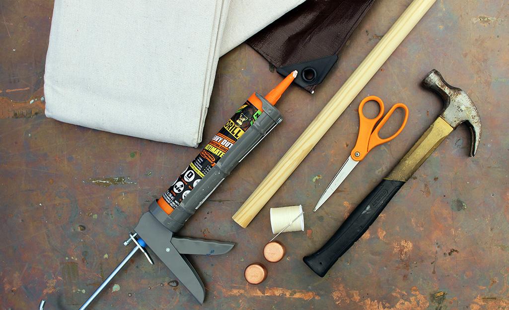 Dụng cụ và vật liệu để tạo màn chiếu DIY.