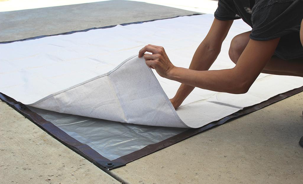 Một người nằm trên mặt vải của màn chiếu DIY.