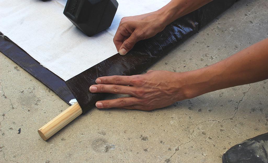 Một người dán vải màn để tạo túi cho thanh trên.