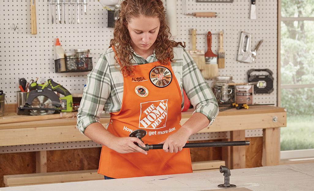 Người phụ nữ gắn các mảnh với nhau của thanh ống.