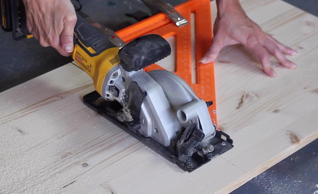 Một cái cưa cắt vào một mảnh gỗ.
