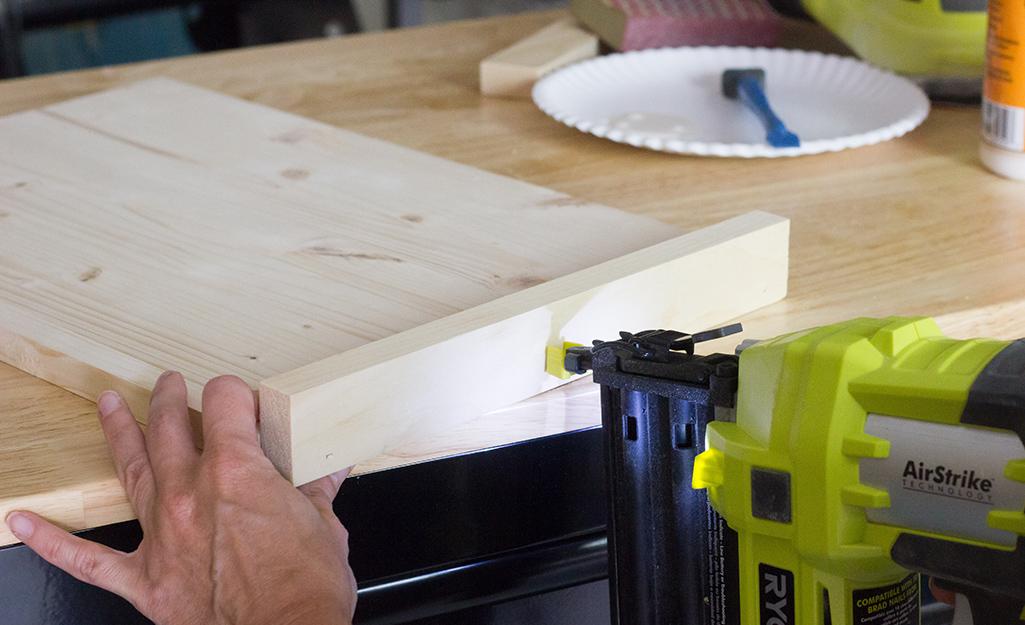 Người lắp ráp các mảnh gỗ.