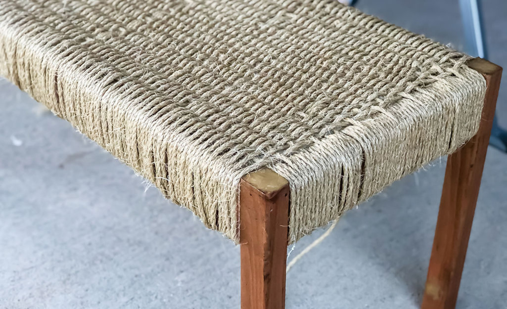 Một băng ghế với một đầu dệt.