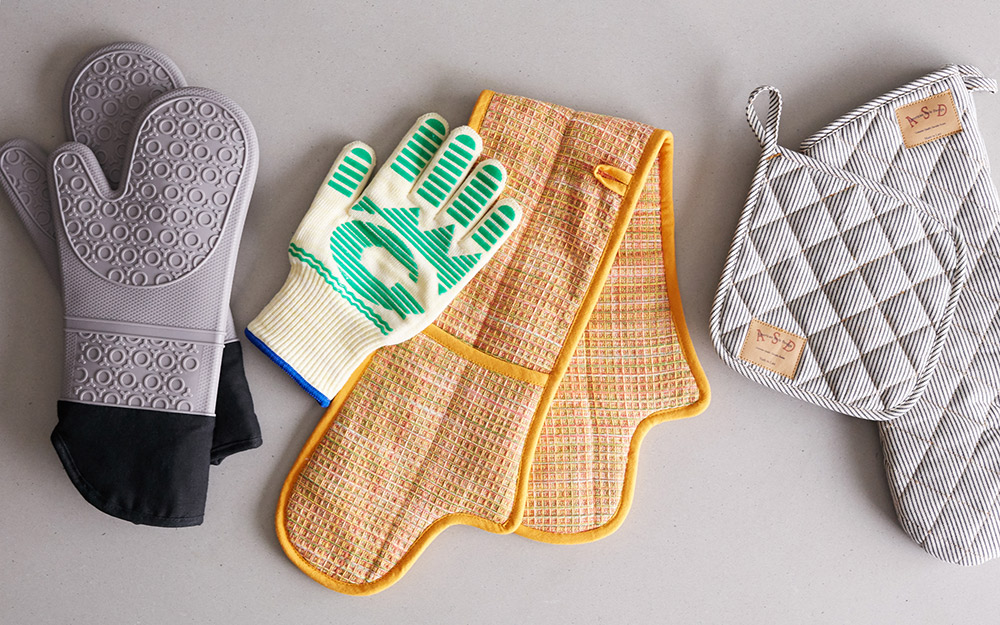 An assortment of oven mitts and oven gloves.
