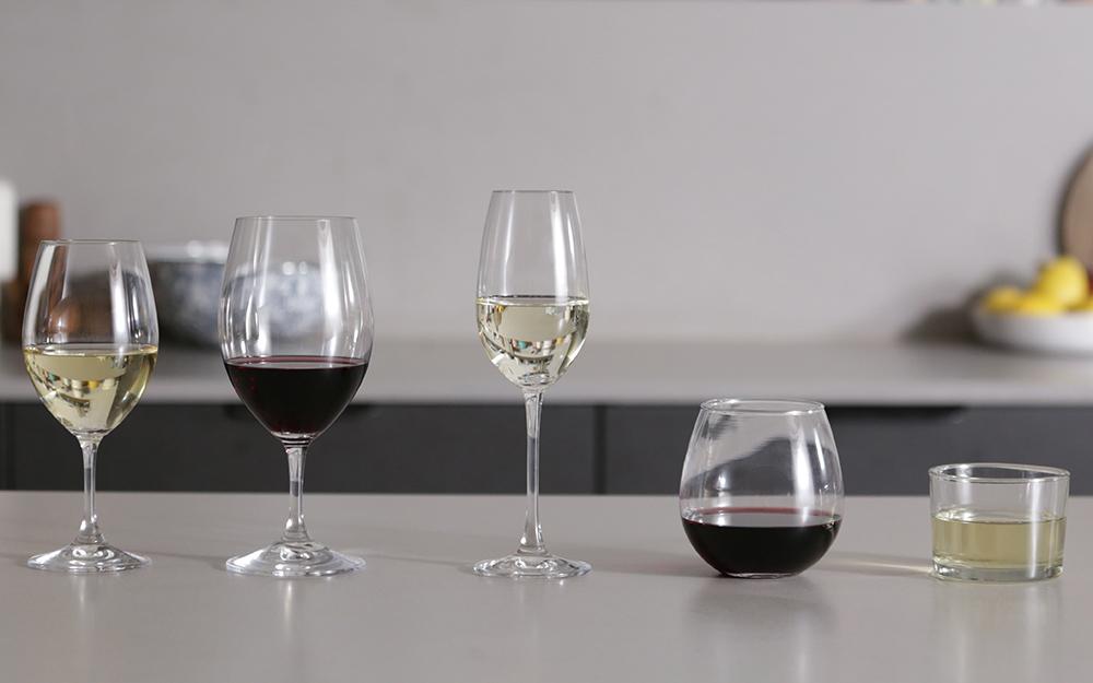Các loại ly rượu trên mặt bàn màu xám