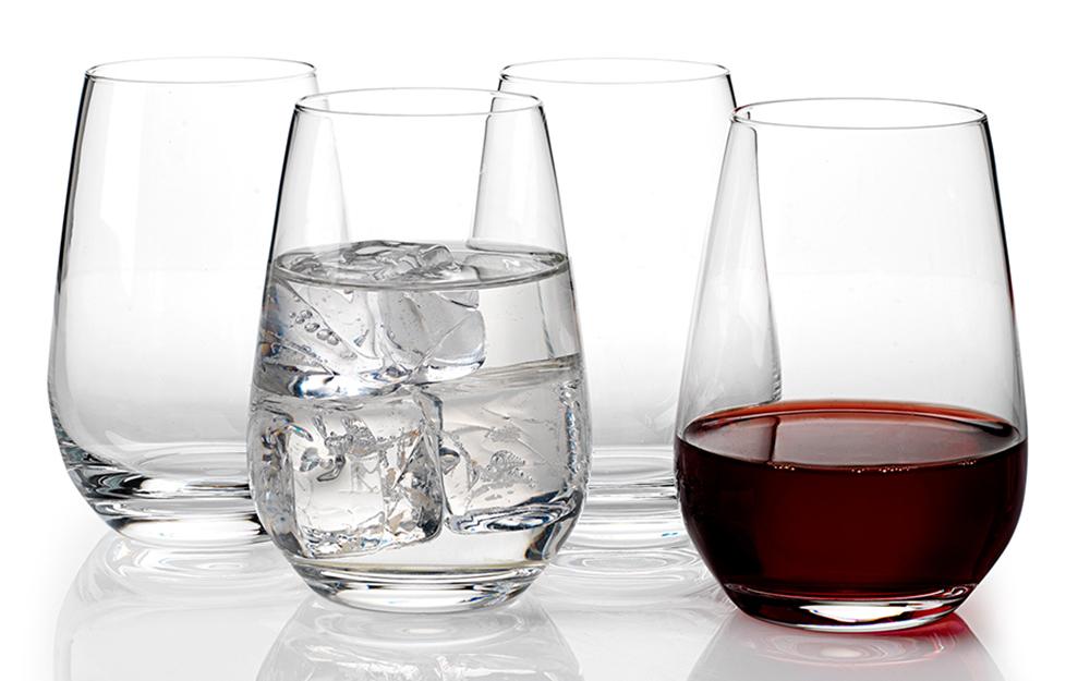 Ly rượu vang không đường với nước đá và rượu vang đỏ