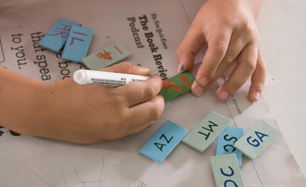 Kid viết ra các từ viết tắt.