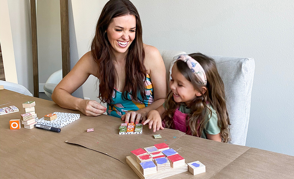 Một cô bé và một người phụ nữ thích trò chơi tic-tac-toe.