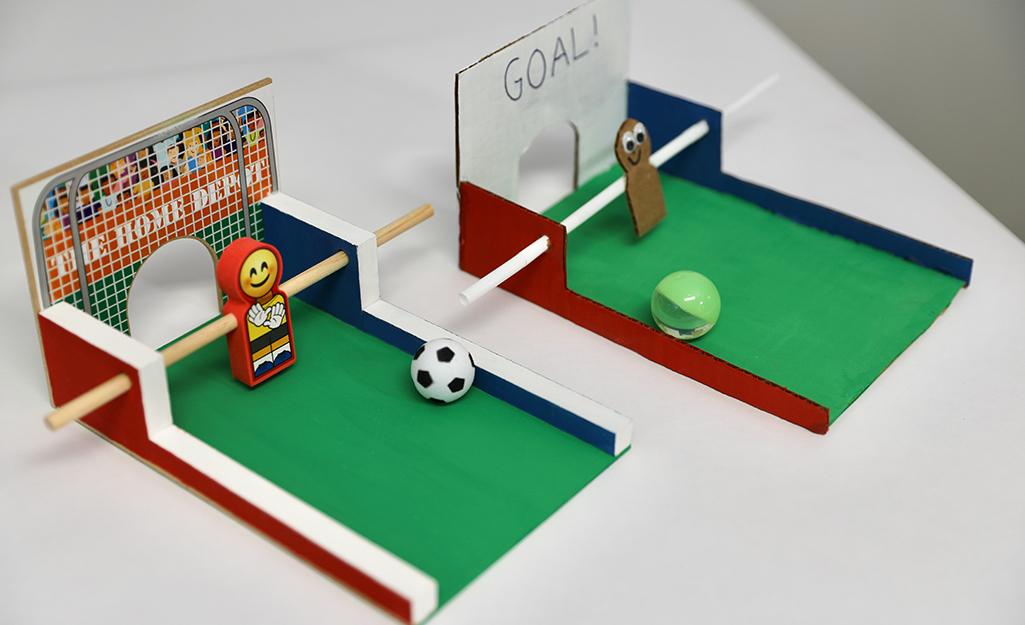 Hai trò chơi bóng đá trên bàn trên một bàn.