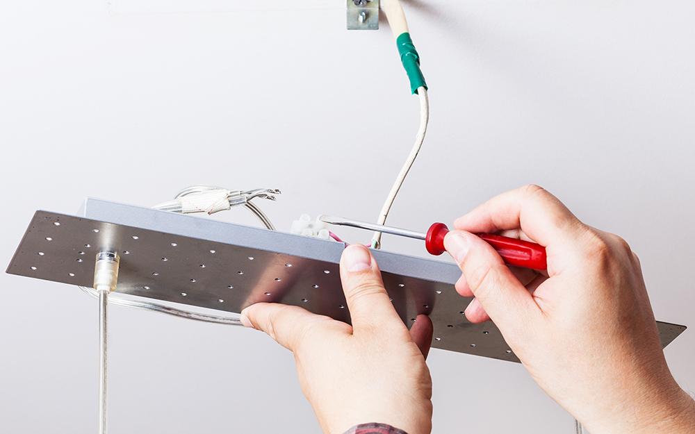 Một người lắp đặt đèn LED mới