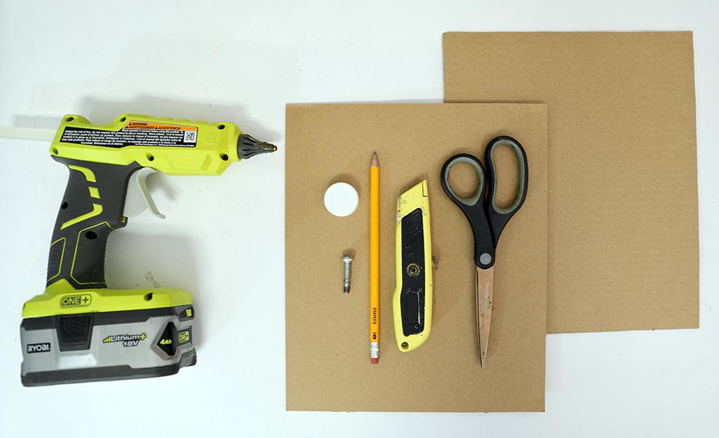 Dụng cụ và vật liệu được đặt bằng phẳng.