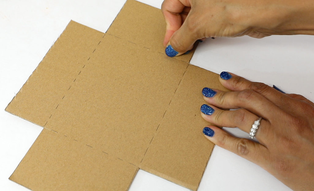 Người phụ nữ điểm một mảnh bìa cứng.