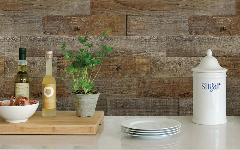 Gạch lát ngang giống như gỗ được lắp đặt phía sau bàn bếp.