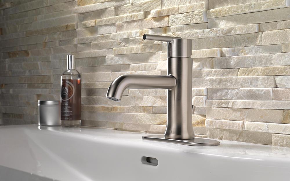 Ngói đá vôi được lắp đặt như một tấm nền bồn tắm phía sau bồn rửa.