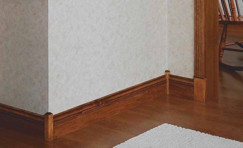 Một tông màu gỗ, ván chân tường mộc mạc và nẹp cửa.
