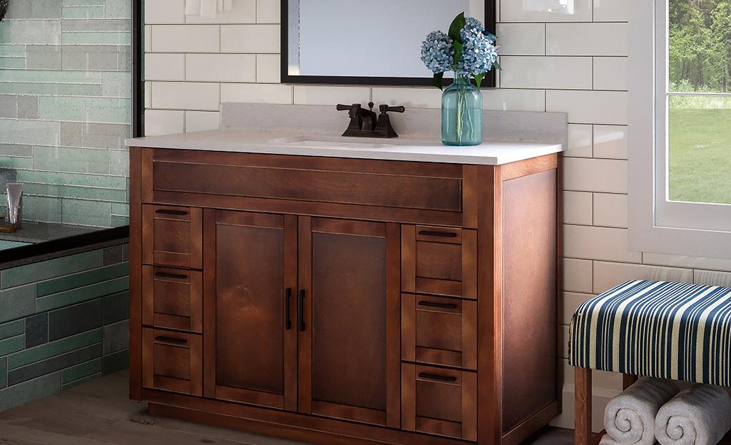 Một bàn trang điểm trong bồn tắm màu nâu với tấm nền và tấm chắn bên.