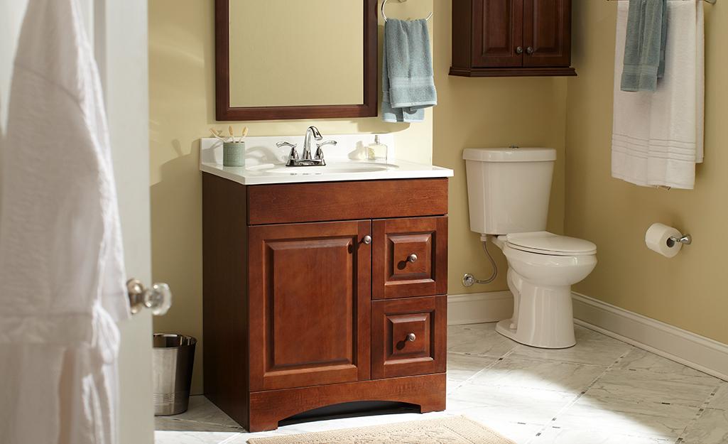 Bàn trang điểm kiểu tủ màu nâu có cửa và hai ngăn kéo.