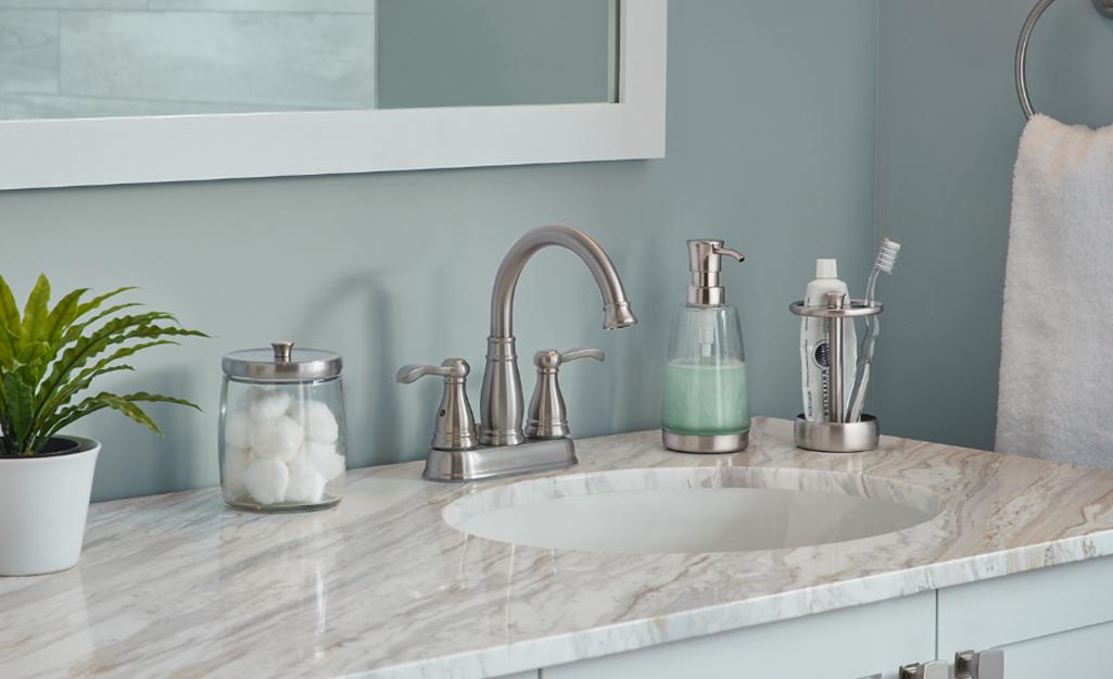 Mặt trên của bàn trang điểm trong phòng tắm với đồ vệ sinh cá nhân có tổ chức.