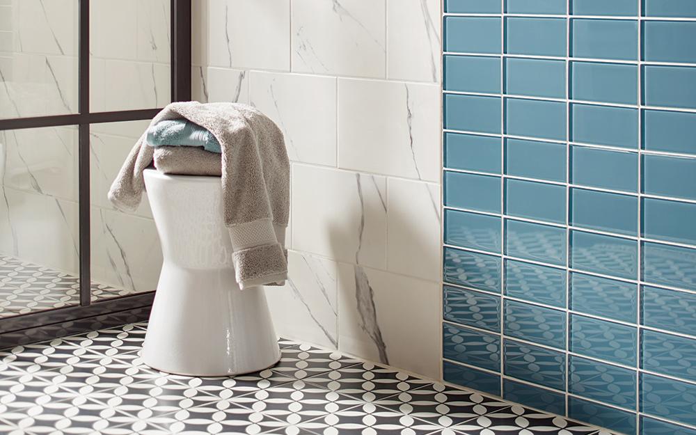 Một chiếc ghế đẩu trang trí với một chiếc khăn trải trên nó.
