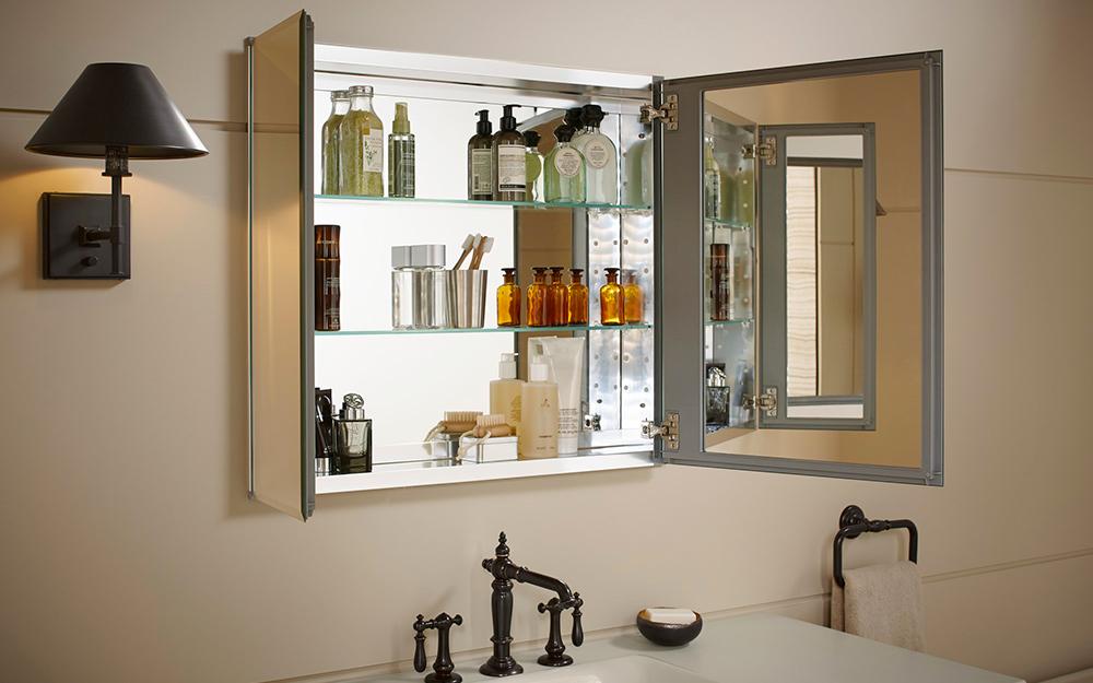 tủ thuốc mở gương để lộ đồ vệ sinh cá nhân bên trong