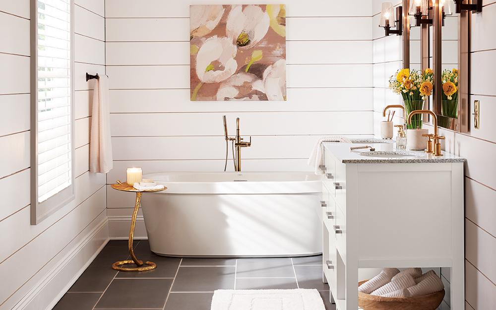 Phòng tắm với bồn tắm độc lập sát tường.