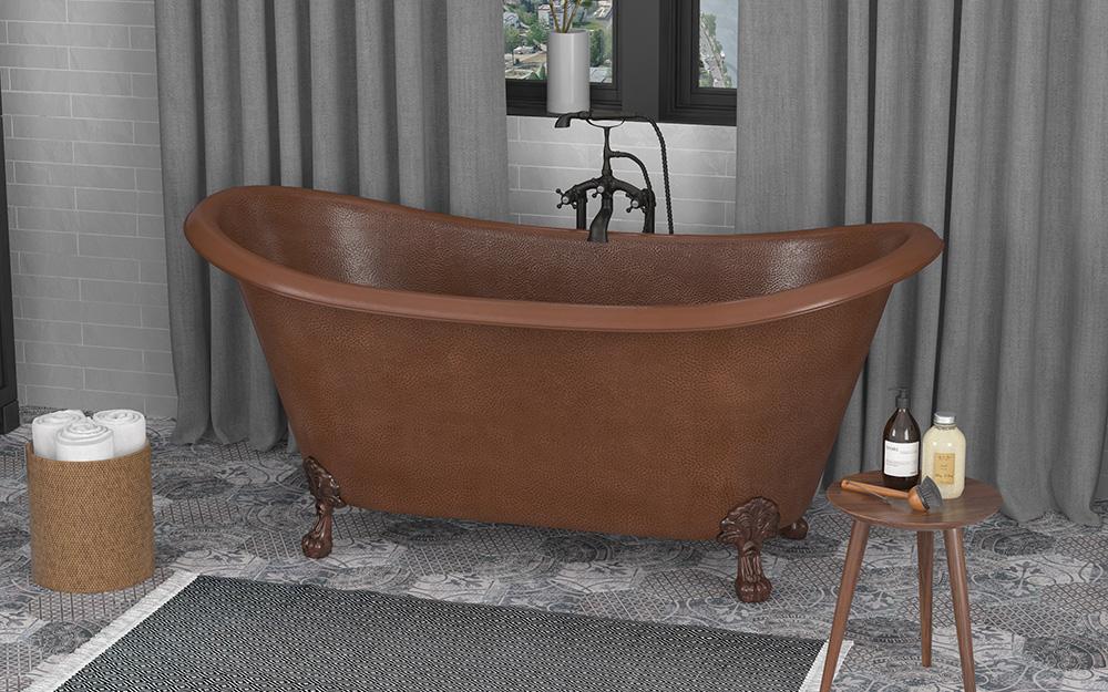 Bồn tắm bằng đồng đặt riêng trong phòng tắm nhỏ.
