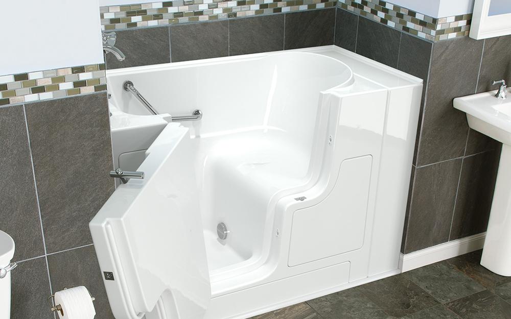 Một bồn tắm không cửa ngăn màu trắng có gắn đầu vòi sen.