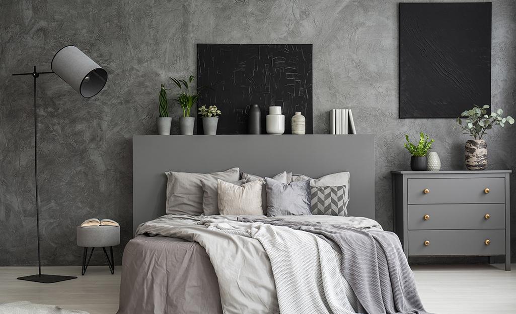 Phòng ngủ với tường hoàn thiện giả đá cẩm thạch.