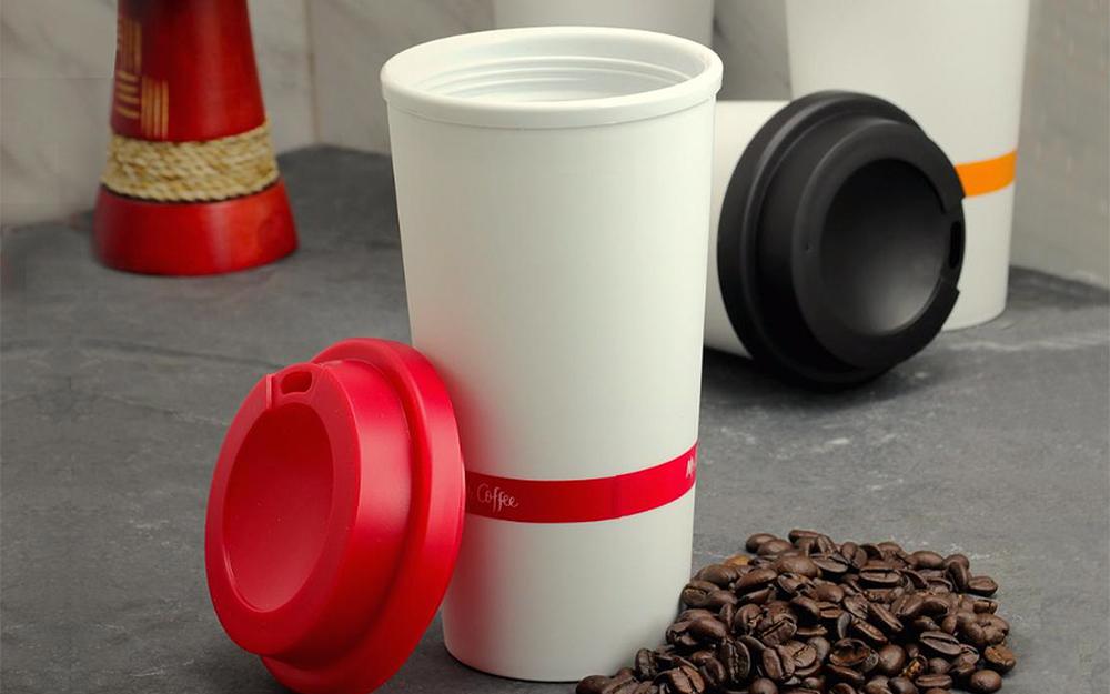mở cốc cà phê tái sử dụng màu trắng và đỏ có vòng silicon