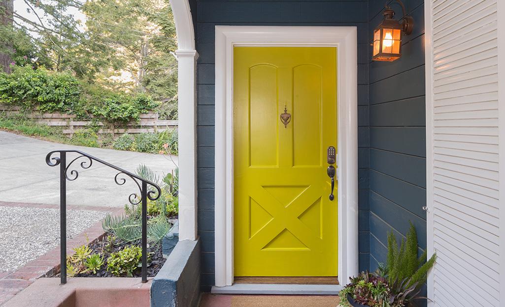 Cửa trước sơn màu vàng với độ bóng cao.