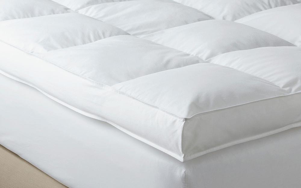 Đệm tựa dày dặn sang trọng nằm trên giường.