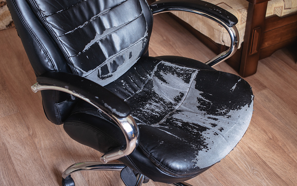 một chiếc ghế văn phòng cũ sờn