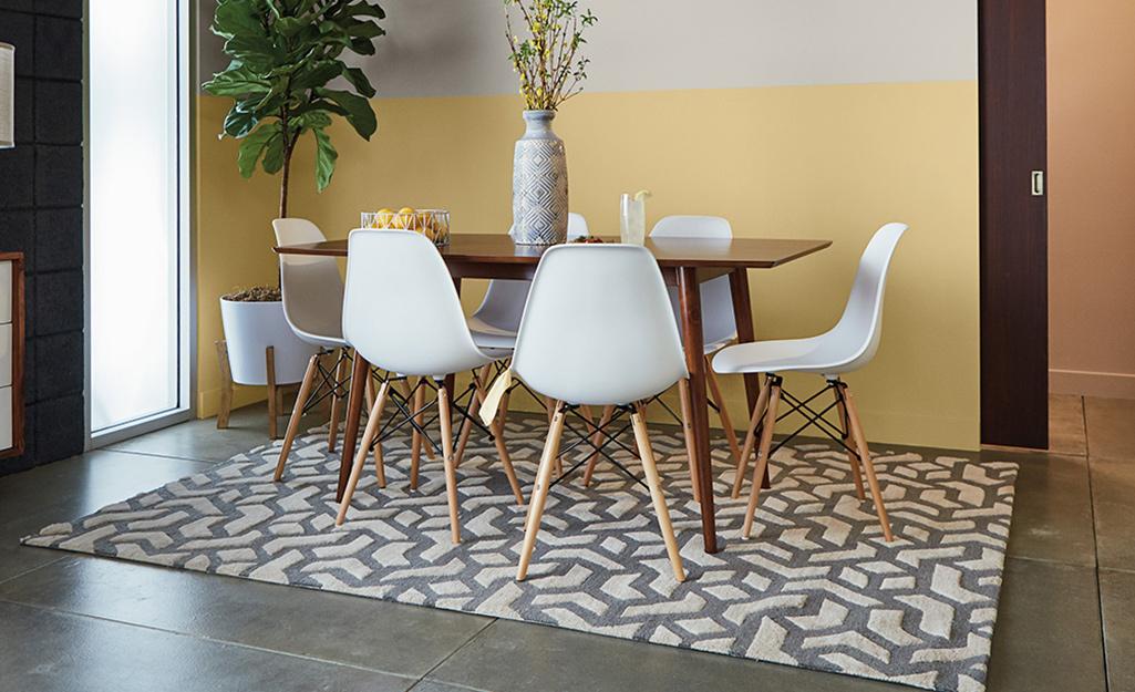 Một bộ bàn ghế đứng trên nền bê tông ố vàng.