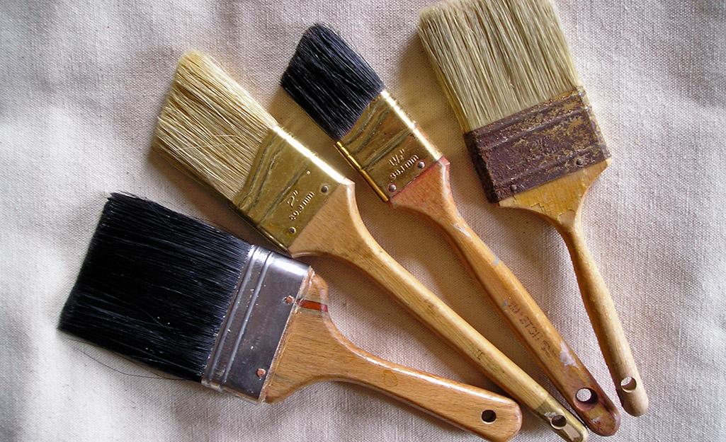 Bốn loại cọ sơn khác nhau trên một miếng vải nhỏ.