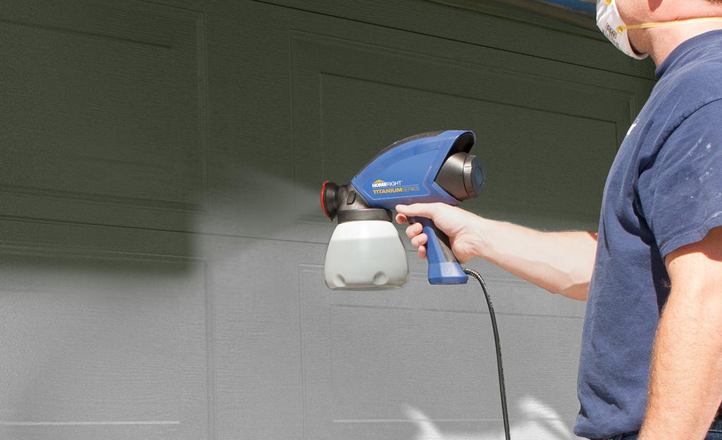 Một người sử dụng máy phun sơn không có không khí.
