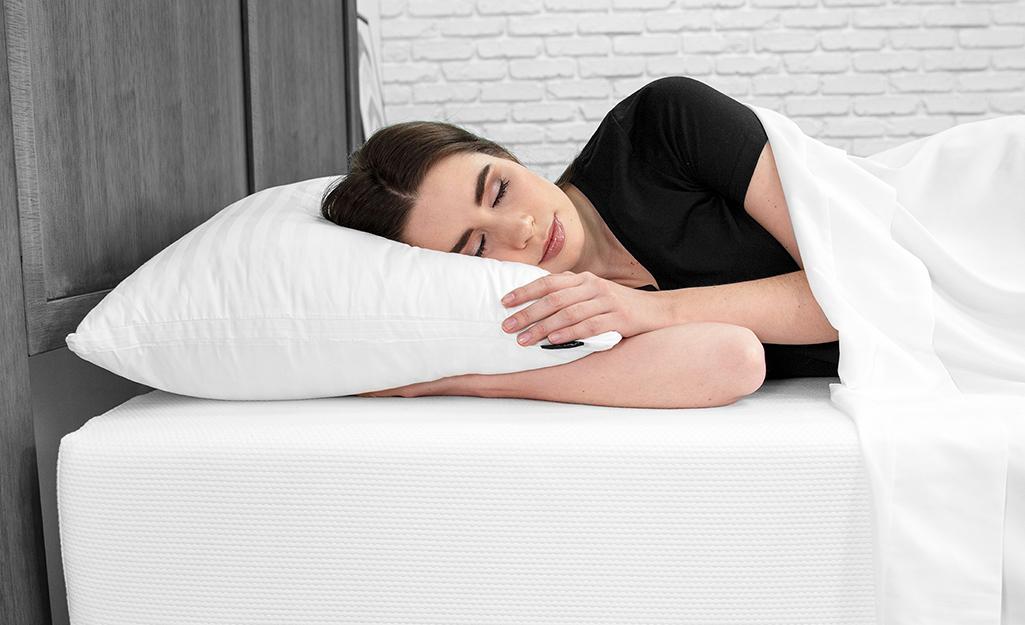 Một người phụ nữ ngủ nghiêng.