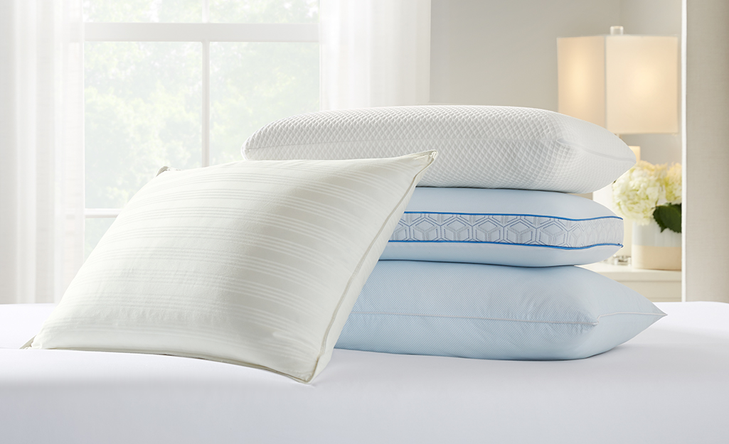 Các loại gối khác nhau trên giường.