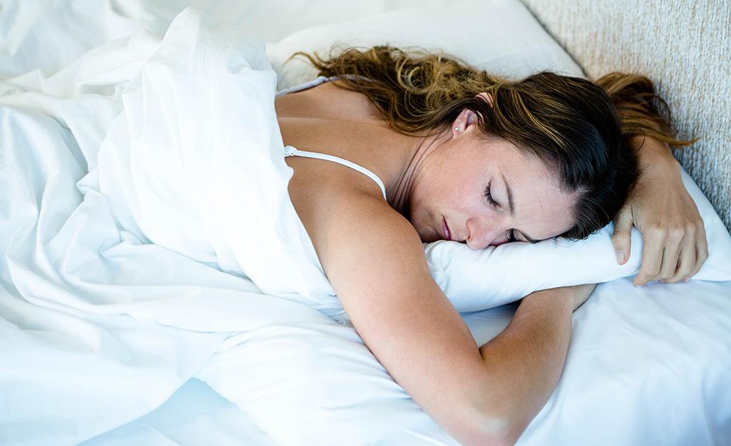 Một người phụ nữ nằm sấp khi ngủ.