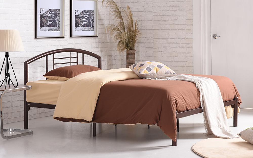 Giường nền với khung kim loại màu đen.