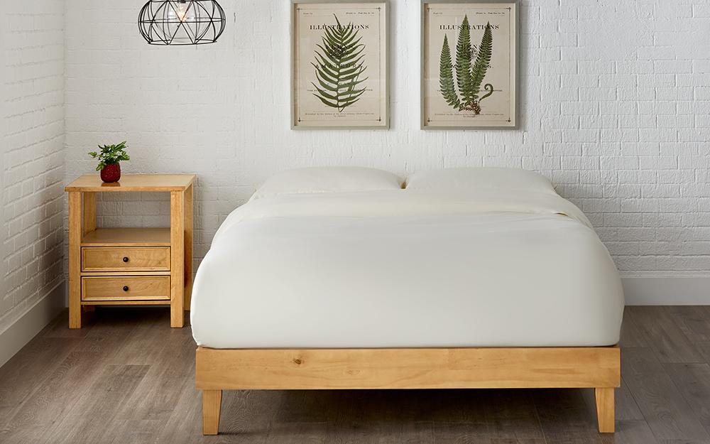 Giường nền gỗ và giá đỡ đầu giường phù hợp.