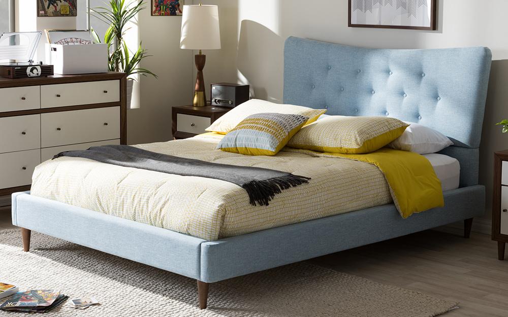 Giường tầng thấp với đầu giường bọc nệm.