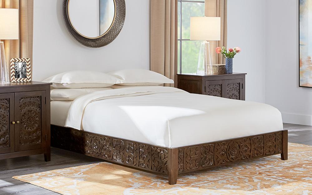 Giường nền bằng gỗ với giá đỡ đầu giường phù hợp.