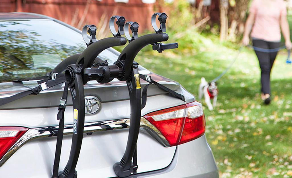 Một chiếc xe có giá để xe đạp gắn trong cốp xe