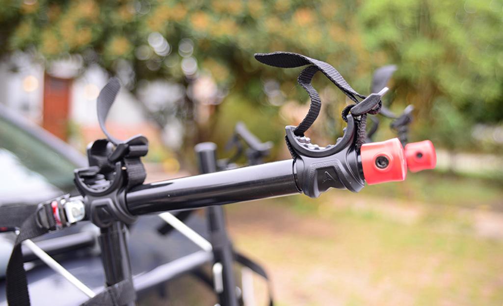 Cận cảnh giá để xe đạp trống ở phía sau ô tô