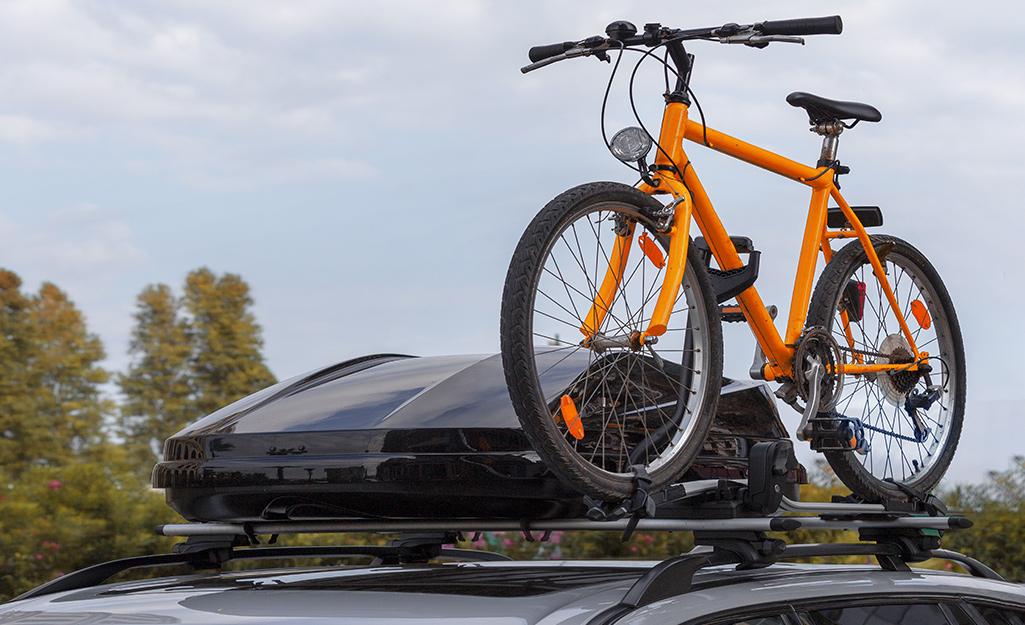 Một chiếc xe đạp và một phần hàng hóa gắn trên nóc ô tô