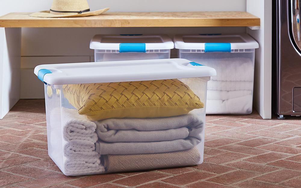 Hộp đựng chăn bằng nhựa có thể nhìn xuyên thấu với chăn bên trong.